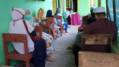 Parents are waiting for their children at school.  Asep Haryono