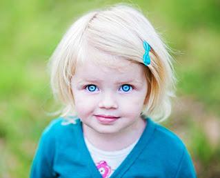 صور بنت صغيرة بعيون زرقاء اللون رائعة تخطف القلوب والانظار