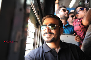 Bollywood Actor Vivek Oberoi Snapped Travelling by Local Train to Kelve  0013.JPG