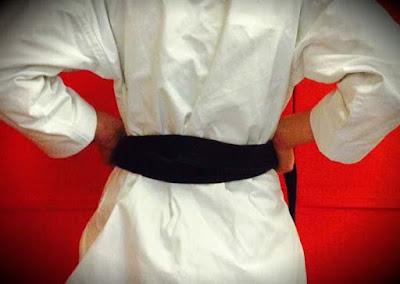 cara pasang sabuk karate