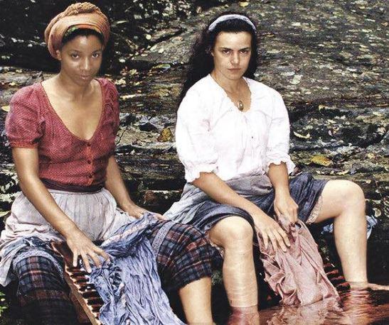 mulheres lavando roupa no rio