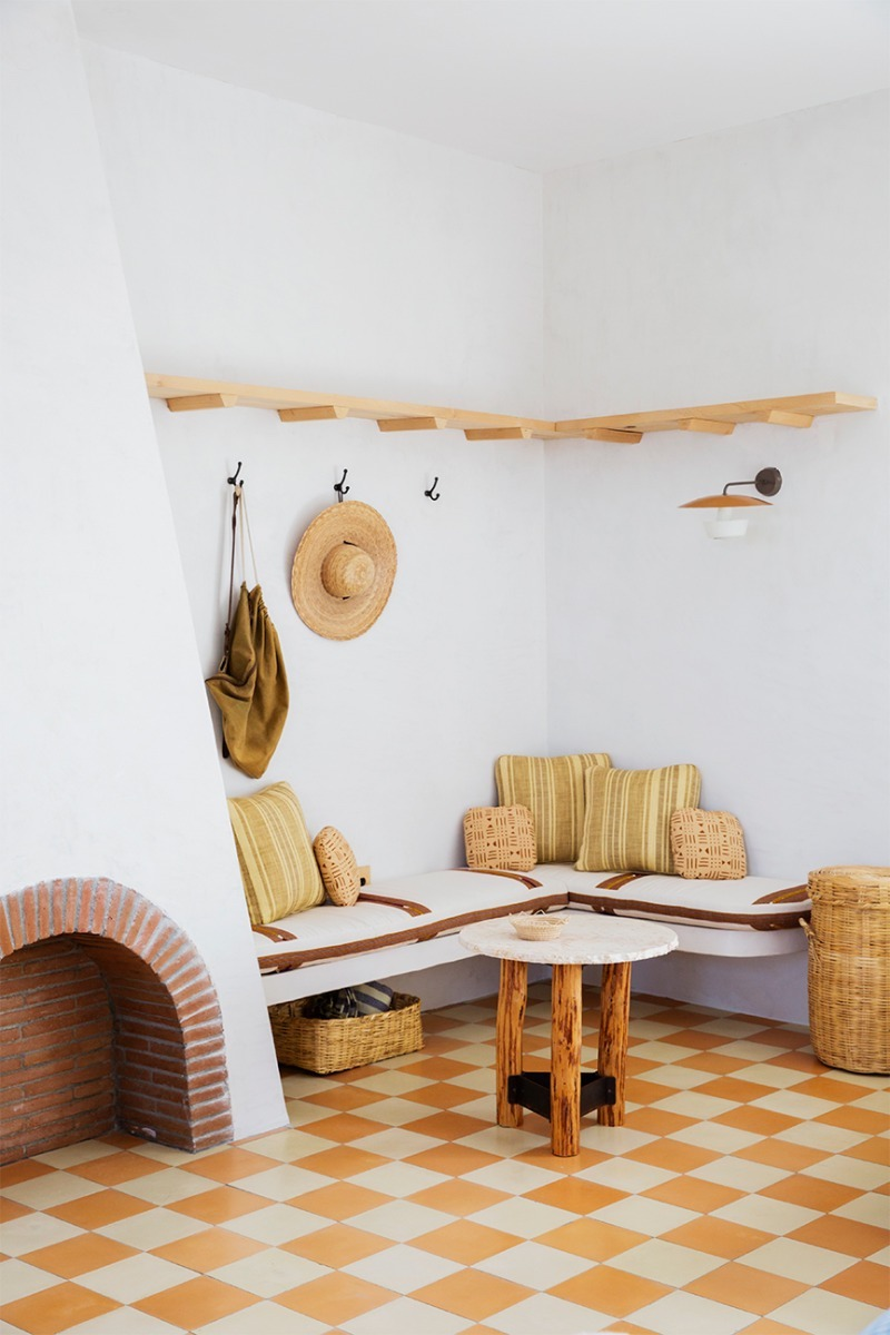 Salón de casa de vacaciones con chimenea