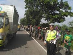 Melintas di Pati Ratusan Bonek Dijamu dan Dikawal Polisi