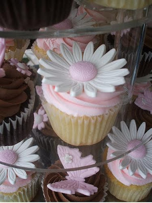 pink and white daisy cupcakes