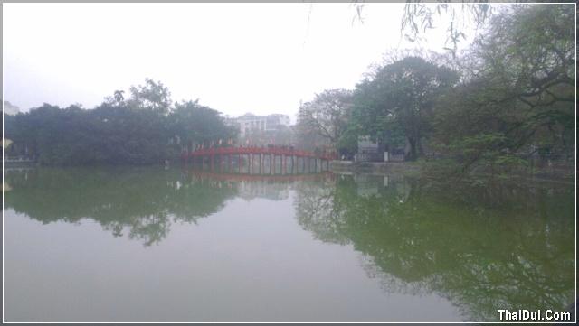 cầu Thê Húc bắt ngang qua hồ Gươm