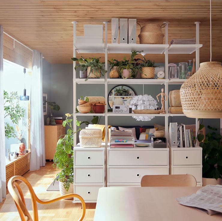 Salones nuevo catálogo IKEA 2021: salón con almacenaje abierto.