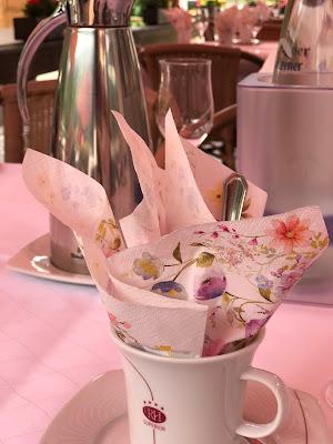 Kaffeetafel, Bunte Sommerblumen-Hochzeit am See und in den Bergen, Riessersee Hotel Garmisch-Partenkirchen, Bayern, nahe der Zugspitze, Hochzeitsplanerin Uschi Glas