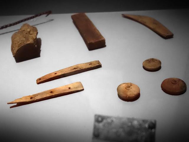 Merrain, manches de couteaux en bois, pions de jeux tournés...