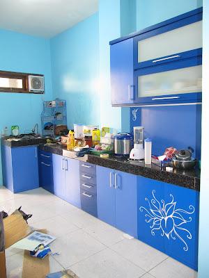 Kitchen Set Biru Dengan Motif Bunga + Furniture Semarang