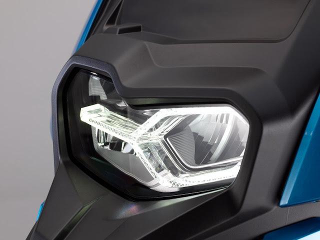 La farola delantera de la C400X es en led con la asimetria caracteristica de BMW