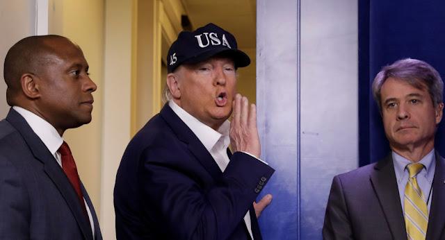 """ترامب يبرر استمراره في المصافحة بالأيدي رغم مخاوف """"كورونا""""... فيديو"""