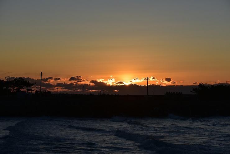初日が出る位置がハッキリする程に輝きが雲から出ています