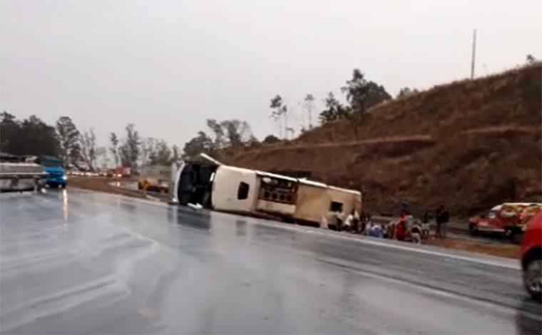 Acidente com ônibus de romeiros deixa oito pessoas gravemente feridas na BR-040