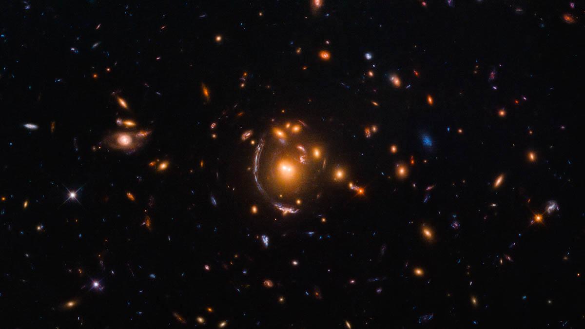 Gigantes que se contorcem: Hubble registra efeito de lentes gravitacionais
