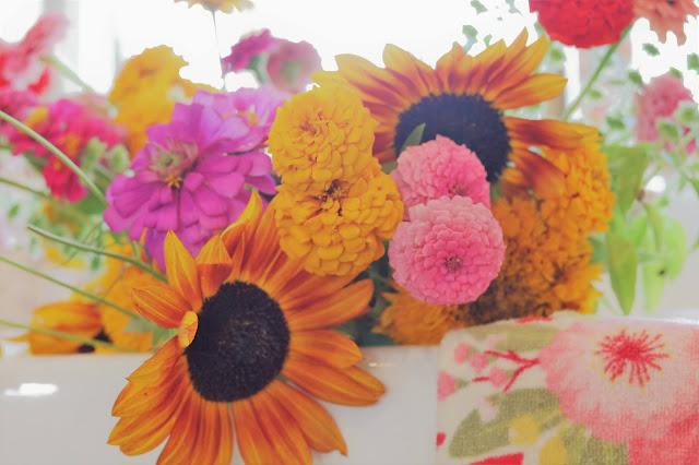 sunflower-bouquet-zinnia-cosmos-farm-country-decor-homemaking-athomewithjemma