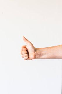 Auch im Bereich Sicherheitstechnik bieten Bewertungsportale für Unternehmen eine wichtige Entscheidungshilfe für einen bestimmten Anbieter. Auf KennstDuEinen.de beispielsweise schneidet ALMAS INDUSTRIES hervorragend ab. | Photo by Sincerely Media on Unsplash