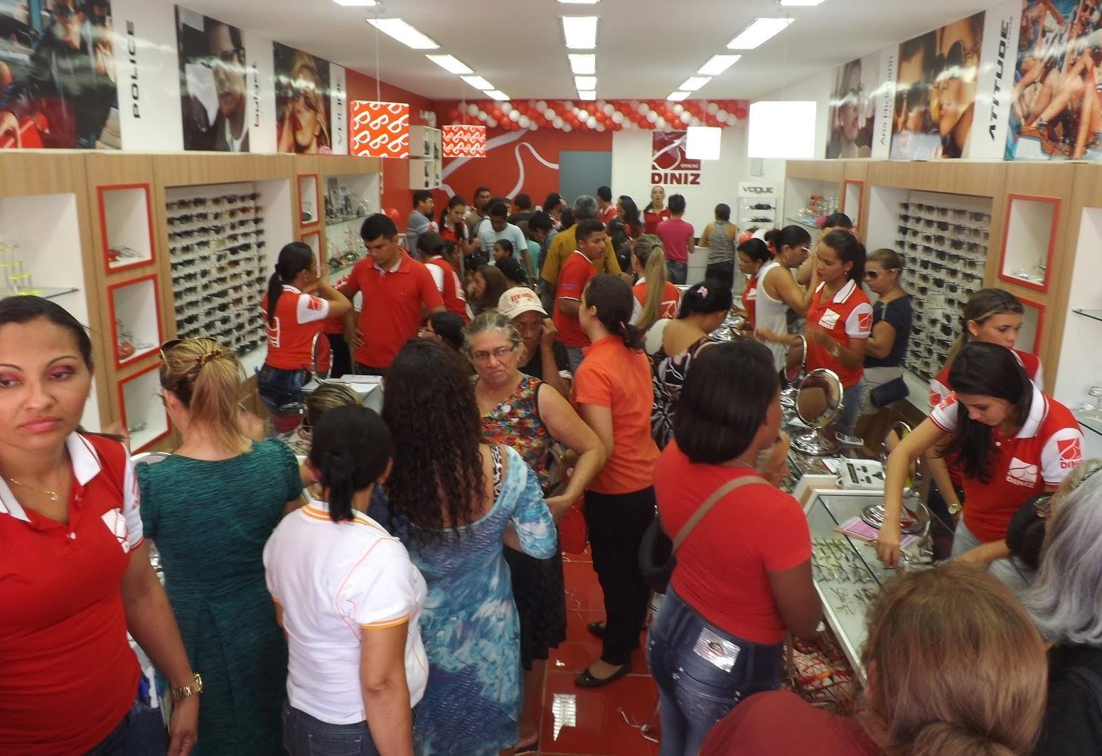 Nas duas fotos  acima e ao lado, o movimento das pessoas dentro da loja. 8e66798465