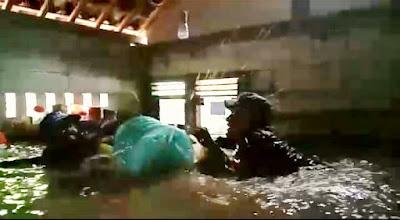 Air Bah Meluap, Babinsa Banjarparakan Peduli Selamatkan Warga