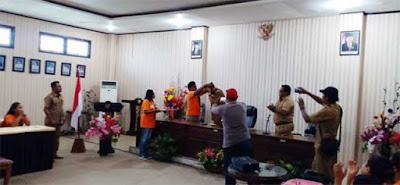 "Langgur, Malukupost.com - Paduan suara Evav Madrigal Singers (EMS) asal Kabupaten Maluku Tenggara (Malra) berhasil mengukir prestasi tertinggi dalam Lomba paduan suara bertaraf internasional yang bertajuk ""8TH Bali International Choir Festival"" yang digelar di Bali pada 23-27 Juli 2019 lalu.    Dibawah pimpinan (Koordinator) Pastor Agus Soplanit MSC dan Ibu Paula Rahabav (Coach), paduan suara yang terdiri dari 3 golongan agama tersebut mampu bersaing dengan ratusan peserta dari 18 negara di dunia ditambah dengan 14 provinsi dari Indonesia."