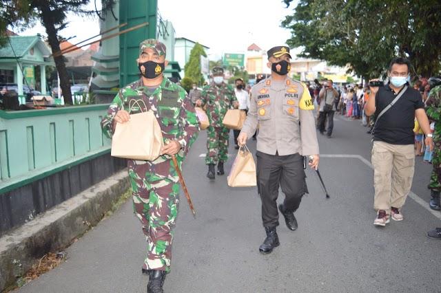 Kodim 0716/Demak Bersama Polres Bagikan Takjil dan Masker Pada Masyarakat