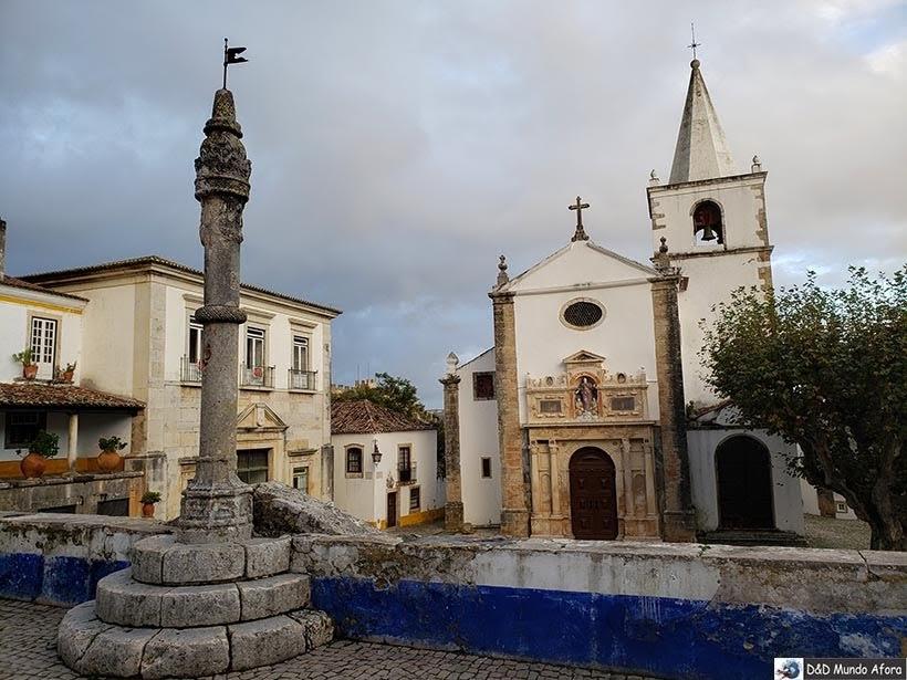 Pelourinho em frente à Igreja Matriz de Santa Maria em Óbidos, Portugal