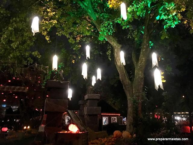 decoración de halloween en el tivoli de copenhague