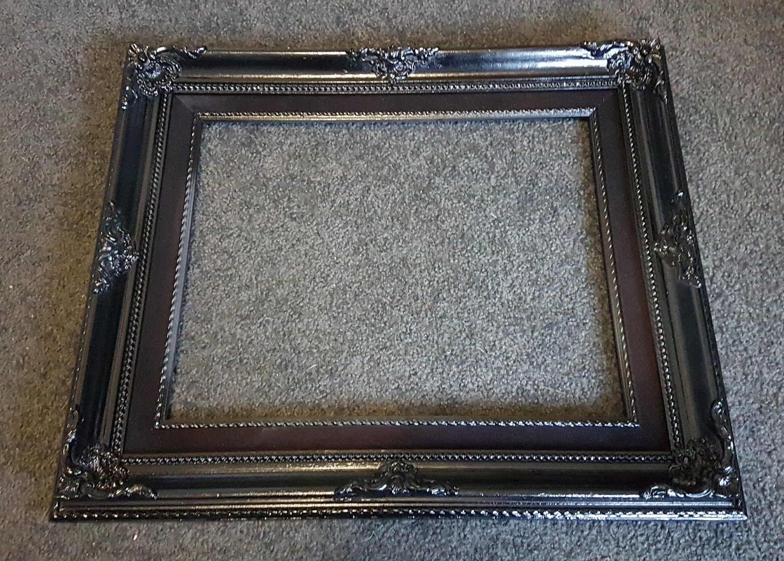 Gothy Two Shoes: DIY Brooch and Earring Frame Holder