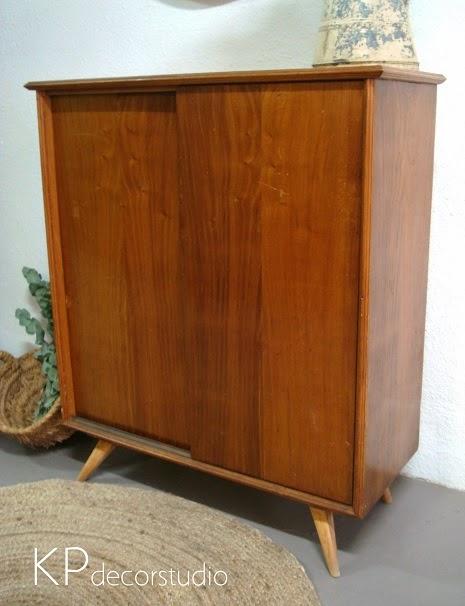Muebles estilo danés. aparadores estrechos para recibidor. patas inclinadas