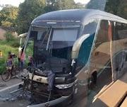 Homem morre em acidente entre ônibus e caminhão na BR-135 no Maranhão.