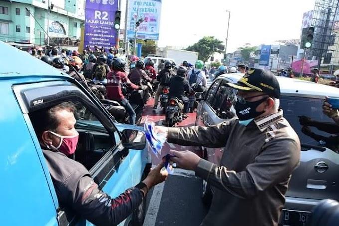 Peringati Harhubnas, Walikota Bagikan Masker Kepada Pengendara