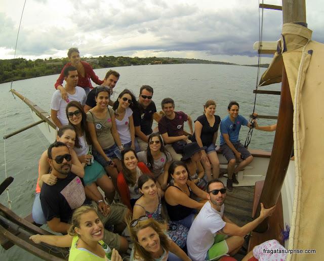 Blogueiros de viagem em passeio de escuna pelo Lago Paranoá