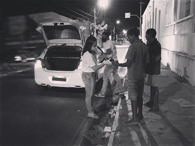 Parnaíba | Moradores de rua recebem máscaras e alimentos distribuídos pelo Projeto AMAR.