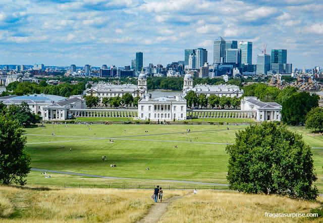 Greenwich Park, a Queen's House e o skyline de Londres vistos do morro onde fica o Observatório Real