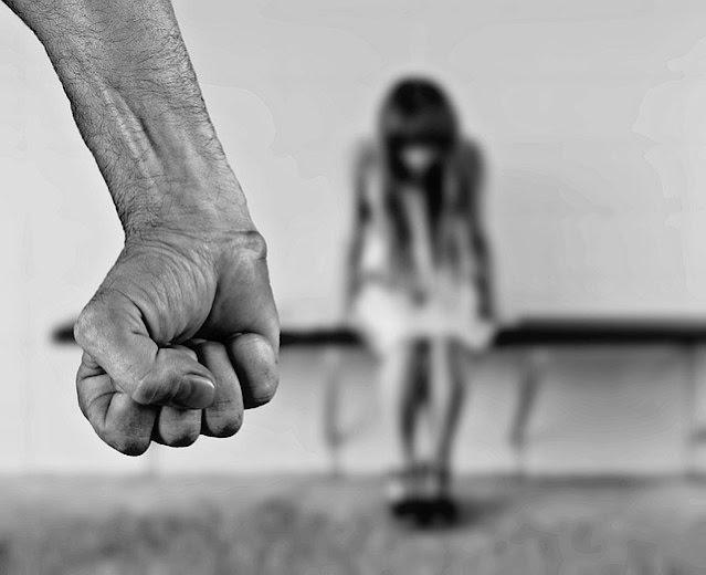क्यों नहीं थम रही है भारत में महिलाओं के प्रति घरेलू हिंसा?       अगर हम पुरातन भारतीय समाज की महिलाओं की स्थित की तुलना आज के भारतीय समाज से करें तो हालात दिन पर दिन बिगड़ते जा रहे हैं! रोज सैकड़ों महिलाओं के साथ घरेलू हिंसा, मार-पीट, हत्या, बलात्कार जैसी तमाम अपराधिक घटनाओं को अंजाम दिया जा रहा है, इसकी रोकथाम के लिए भारतीय सरकारें चाहे वे केंद्र की हों या फिर राज्य की आये दिन नये नये कानून बनाती जा रही हैं फिर भी हिंसा पर काबू नहीं हो रहा है, क्या आप जानते हैं ऐसा क्यों हो रहा है?       मेरे देखे! भारत में जो महिलाओं के साथ घरेलू हिंसा होती है, मारपीट होती है या फिर उन्हें घर के भीतर ही जलाकर मार डाला जाता है ऐसी आपराधिक घटनाओं के लिए कोई और नहीं बल्कि हमारे द्वारा बनाये गए वे मूढ़ नियम कानून ही जिम्मेवार हैं जो महिलाओं को उसी डाल को काटने के लिए मजबूर करते हैं जिस डाल पर उनका आशियाना टिका होता है, उन नियमों के चलते पत्नी न चाहते हुए भी अपने उसी पति को जेल ठूंसवाने के लिए मजबूर हो जाती है जो उसे दो वक्त की रोटी कमाकर खिलाता था! इस तरह के नियम कानून बनाने वाले मूढ़ो को यह भी समझ में नहीं आता कि जब आशियाना ही उजड़ जायेगा, जब वह डाल ही काट दी जायेगी, जब वह पति ही जेल में ठूंस दिया जायेगा तब वह महिला जिसके छोटे छोटे बच्चे होंगे वह कहाँ से अपने और अपने बच्चों का भरणपोषण करेगी! पति से अलगाव होने के बाद इस तरह की महिलाएं जिनके पतियों पर पत्नियों द्वारा मुकदमें चलवाये जा रहे हैं या फिर उनके पतियों को झूंठे केसों में जेलों में ठुंसवाया जा रहा है उनके न रहने पर वे मजबूरी में वेश्यावृत्ति की ओर अग्रसर होने लगती हैं! भारत में यह जो बेसवाओं की संख्या दिन पर दिन बढ़ रही है इसमें हमारे नियम कानूनों का बहुत बड़ा हांथ है!       वषोॅ से भारत की सामाजिक नीति व्यवस्था ऐसे मूढ़ो द्वारा तय की जाती रही है जिन्हें किसी भी तरह के गृहस्थ जीवन का रत्ती भर भी अनुभव नहीं रहा है फिर वे चाहे सतयुग के वशिष्ठ हों या फिर कलयुग के मोदी योगी इनमें से किसी को भी घरेलू समस्याओं का कोई अनुभव नहीं था! हजारों सालों से भारतीय धर्म ग्रंथ समझाते आयें हैं कि 'स्त्री बालक एक समाना, स्त्री और बालक एक समान होते हैं, क्षण में रुठना और क्षणभर में ही मान जाना उनका स्वभाव होता है बावजूद इसके स्त्रियों को उकसाने के
