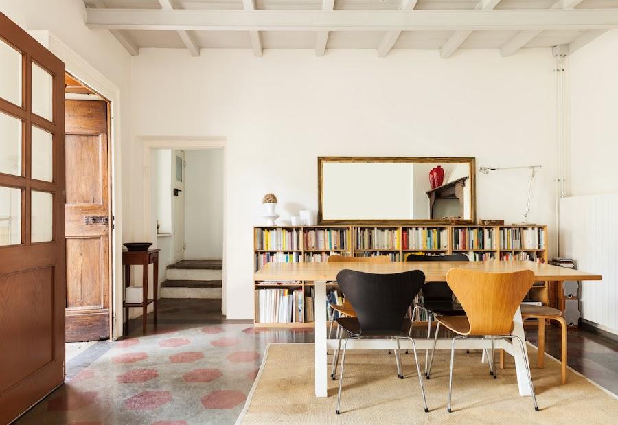 Salón con paredes pintadas de blanco y suelos antiguos