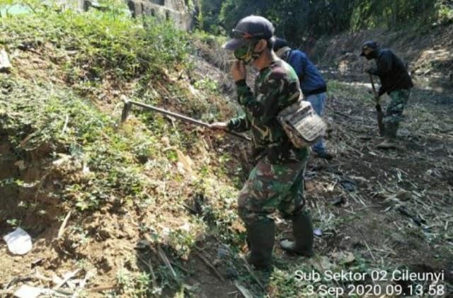 Satgas Sektor 21-2 Cileunyi Bersihkan Sungai Cikeruh Desa Bojongloa