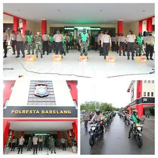 TNI POLRI Bagikan Sembako Kepada Masyarakat Melalui Bhabinkamtibmas Dan Babinsa