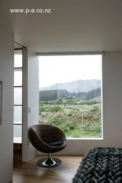 Sector de un dormitorio con amplia ventana en la residencia