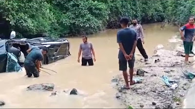 Mobil Mewah Terjun Bebas ke Sungai di Sitiung, Sopir Dilarikan ke Rumah Sakit