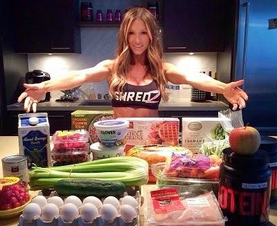 chica fitness mostrando los alimentos de su cocina