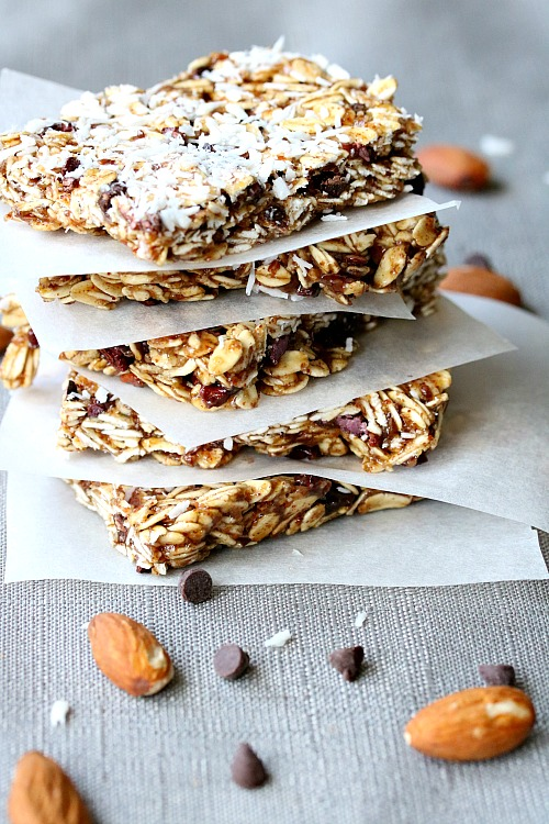 No-Bake Almond Oat Squares- Need a quick snack for your kids, but don't want to give them something unhealthy? You should try these easy (and tasty) no-bake almond oat squares! | easy recipes for busy moms, quick snack, healthy, homemade snack bar, chocolate, coconut, refined sugar free, no refined sugar