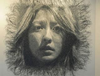Retrato con malla de alambre.