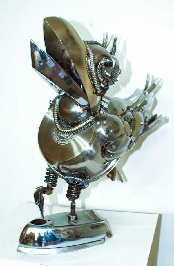 02-Crow-Dimitar-Valchev-Recycled-Animal-and-Insect-Sculptures-www-designstack-co