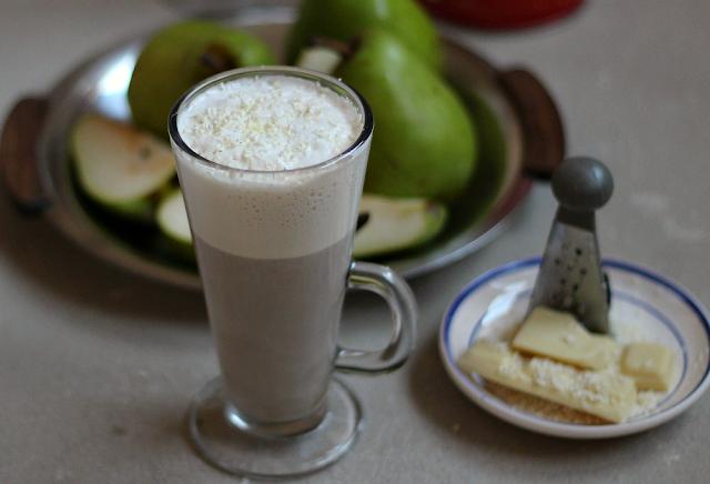 Biała kawa zbożowa o smaku gruszkowym.