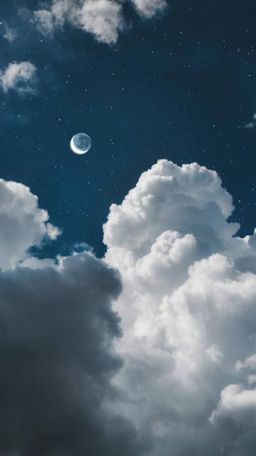 Hai mặt trăng hiện cùng lúc trên bầu trời đêm đầy mây và sao đẹp một cách kì diệu