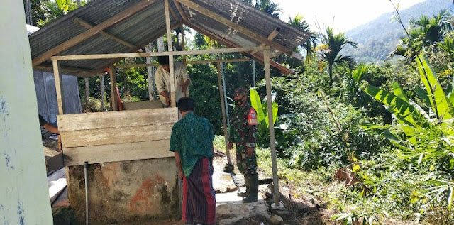 Sertu Ahmar Bersama Warga Perbaiki Tempat Wudhu
