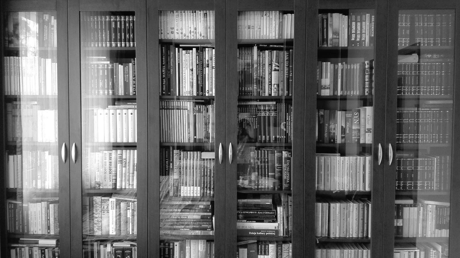 Czarno-białe zdjęcie mojej biblioteczki.