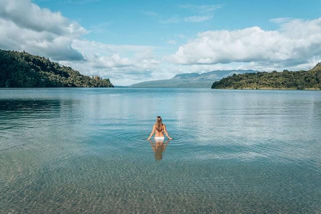 Sở hữu mạng lưới giao thông thuận tiện, Rotorua trở thành nơi cư trú lý tưởng, địa điểm thích hợp tổ chức các hội nghị, sự kiện lớn. Kỳ quan thiên nhiên độc đáo, nền văn hóa đặc sắc và lòng hiếu khách của người dân đã góp phần đưa Rotorua trở thành một trong những thành phố du lịch nổi tiếng trên thế giới.