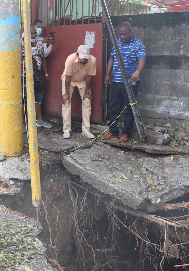 Alcalde de SC reclama al INAPA corrección avería drenaje pluvial en calle Mella dejada por tormenta Grace