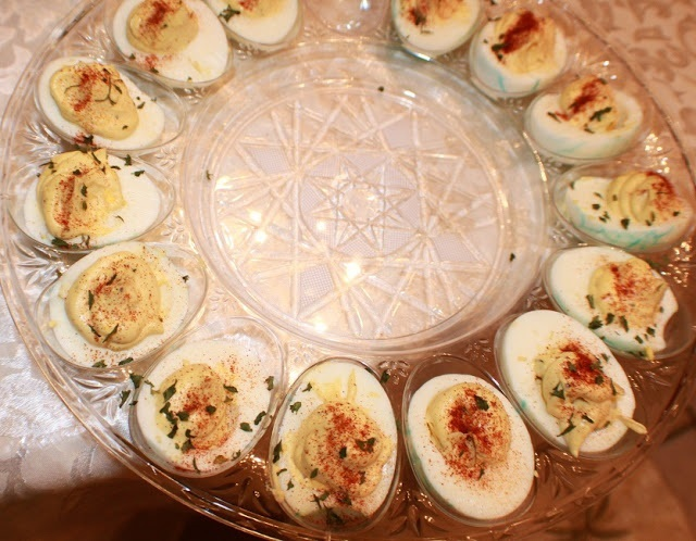 these are how to make the best deviled eggs and decorated for Christmas as an appetizer